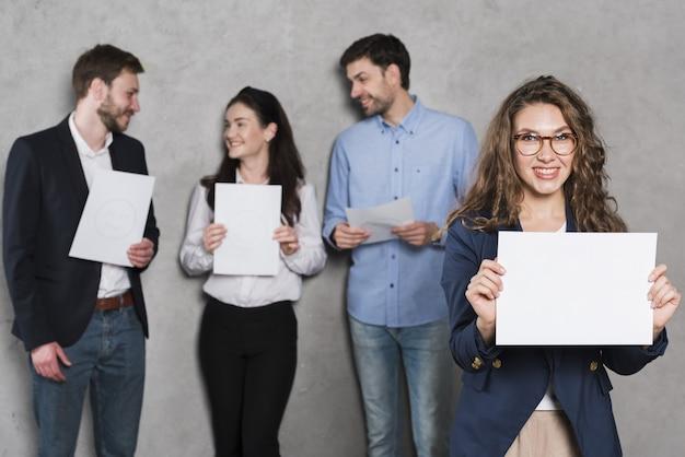 Vooraanzicht dat van vrouw blanco document steunt