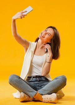 Vooraanzicht dat van vrouw een selfie neemt