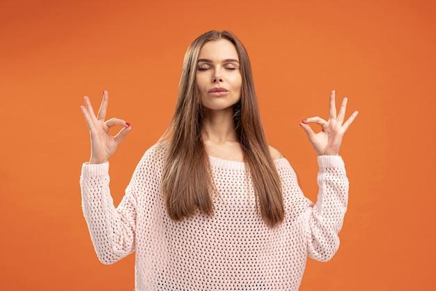 Vooraanzicht dat van vrouw zen stelt