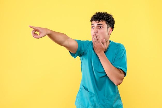 Vooraanzicht de dokter de dokter kwam erachter dat doktoren een remedie tegen coronavirus hadden uitgevonden