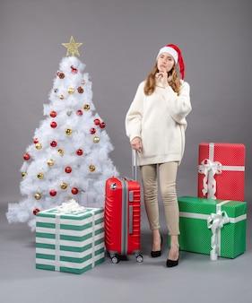 Vooraanzicht denkende vrouw met kerstmuts