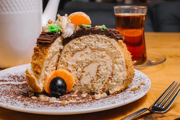 Vooraanzicht dessert roll cake met mandarijn segmenten en een glas thee
