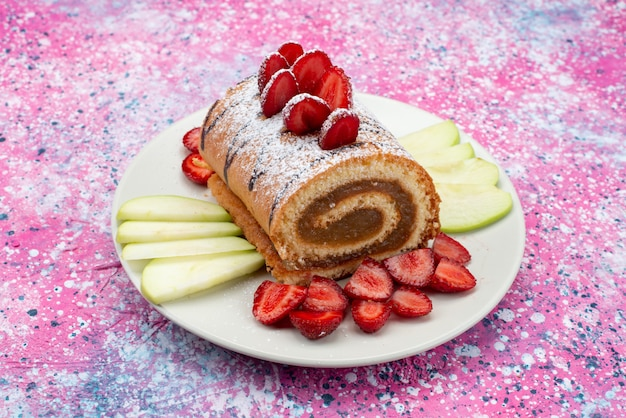 Vooraanzicht dichte broodjescake met vruchten binnen witte plaat op het gekleurde oppervlak