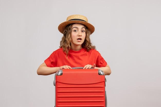Vooraanzicht die van vakantiemeisje haar houden valise status op witte muur