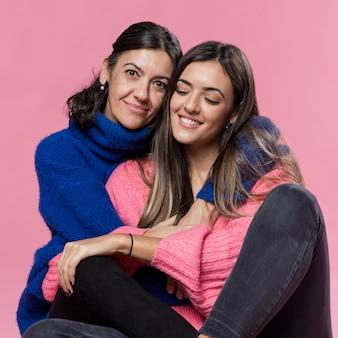 Vooraanzicht dochter en moeder knuffelen