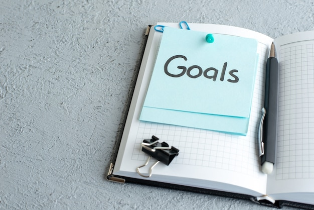 Vooraanzicht doelen geschreven nota met pen op witte achtergrond