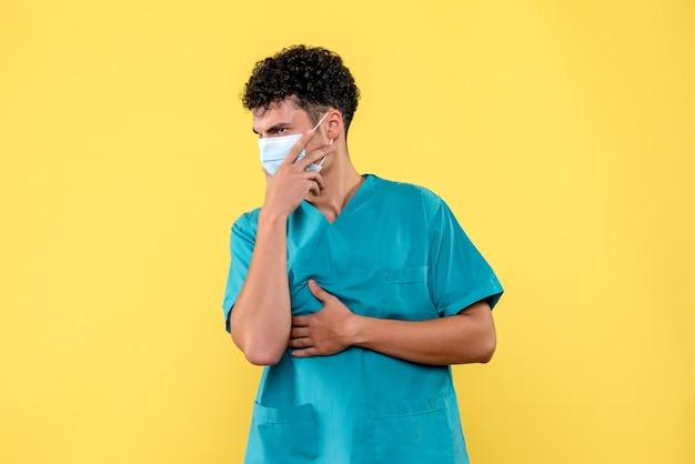 Vooraanzicht dokter de dokter denkt aan nieuwe golf van coronavirus
