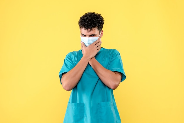 Vooraanzicht dokter de dokter denkt aan personen zonder maskers
