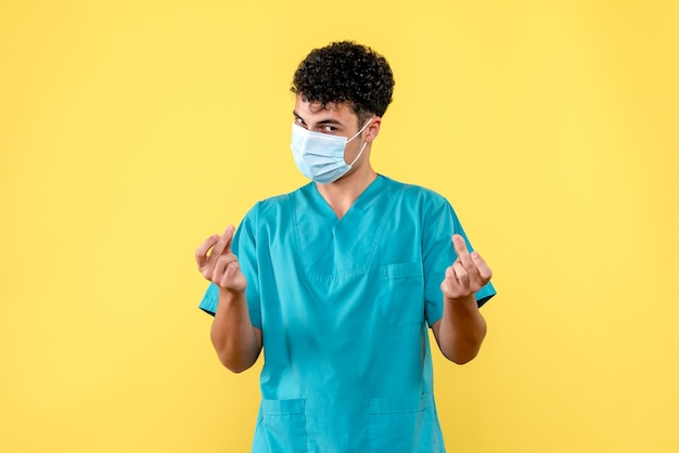Vooraanzicht dokter de dokter gaat personen met coronavirus helpen
