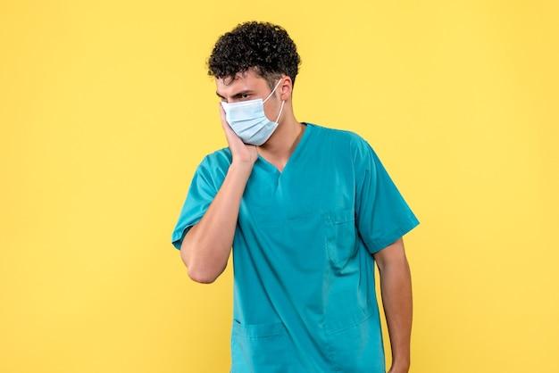 Vooraanzicht dokter de dokter heeft het over patiënten met kiespijn