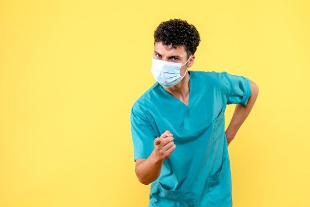 Vooraanzicht dokter de dokter in masker geeft adviezen aan patiënten met coronavirus
