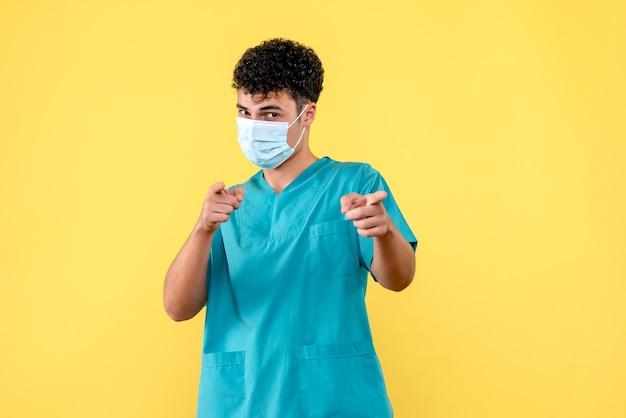 Vooraanzicht dokter de dokter in masker heeft het over het belang van maskers
