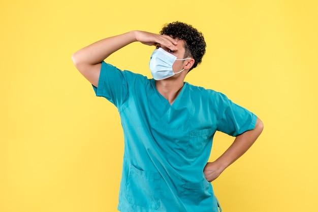 Vooraanzicht dokter de dokter in masker heeft hoofdpijn