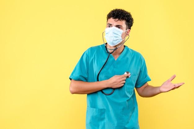Vooraanzicht dokter de dokter in masker luistert naar zijn hartslag