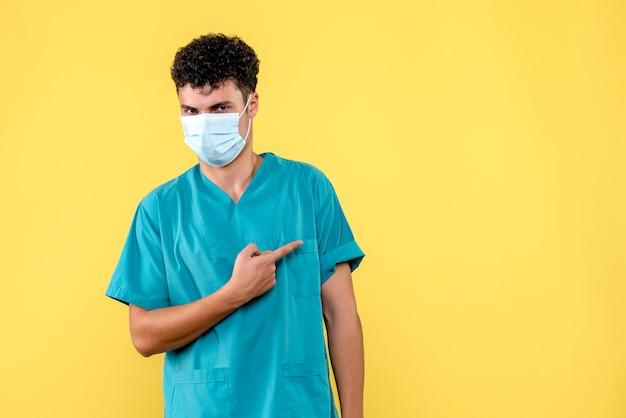 Vooraanzicht dokter de dokter in masker verbaast zich over de klachten van patiënten met coronavirus