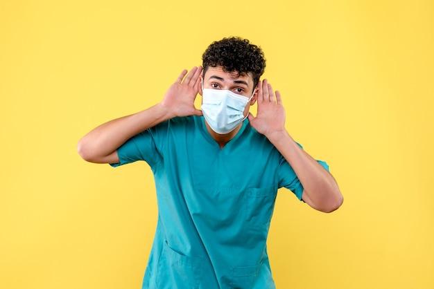 Vooraanzicht dokter de dokter in masker vertelt mensen om naar dokters te luisteren