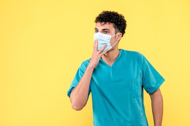 Vooraanzicht dokter de dokter in masker waarschuwt mensen voor het dragen van maskers
