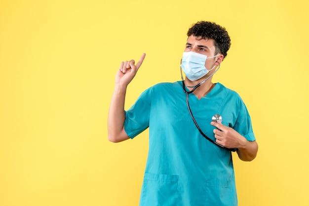Vooraanzicht dokter de dokter in masker weet hoe hij zijn patiënten moet helpen
