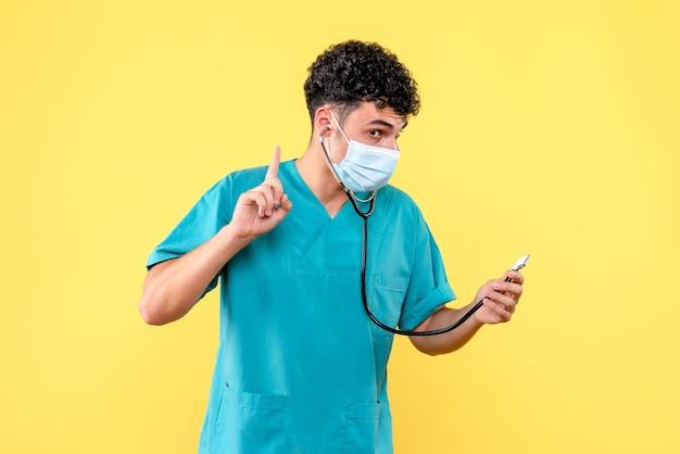 Vooraanzicht dokter de dokter in masker weet patiënten met coronavirus te genezen