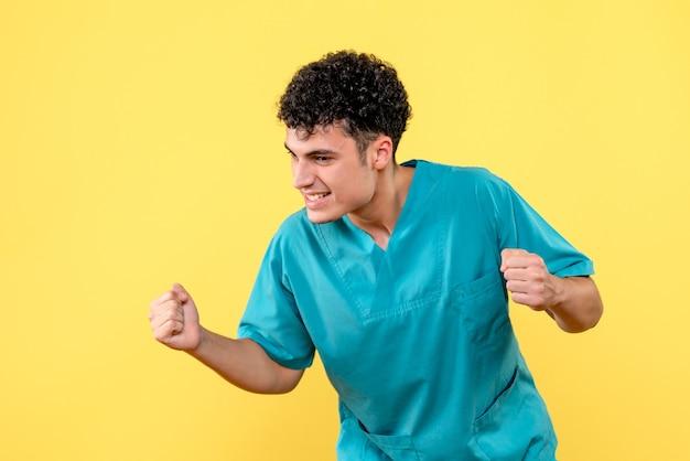 Vooraanzicht dokter de dokter is blij vanwege de uitvinding van vaccin tegen coronavirus