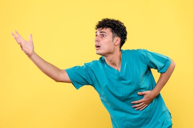 Vooraanzicht dokter de dokter is ongelukkig vanwege de gunst van mensen tijdens covid-pandemie