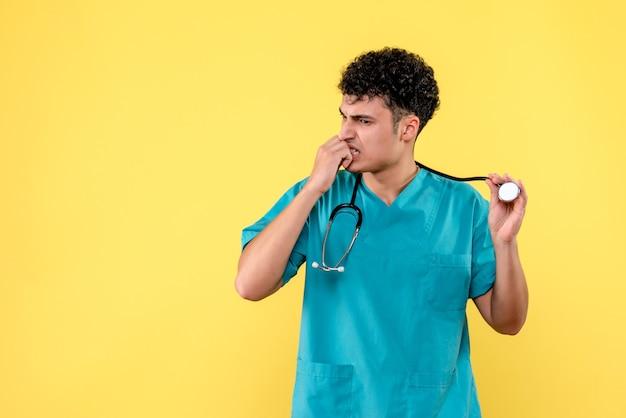 Vooraanzicht dokter de dokter maakt zich zorgen over een pandemische situatie