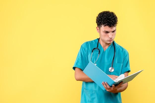 Vooraanzicht dokter de dokter met blauwe map leest de analyses van de patiënt