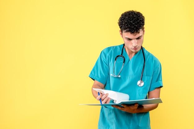 Vooraanzicht dokter de dokter met map met documenten kijkt naar de resultaten van de patiënt