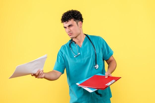 Vooraanzicht dokter de dokter met mappen met documenten