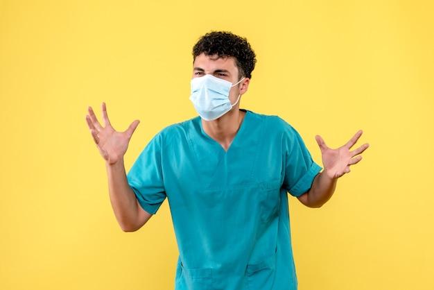 Vooraanzicht dokter de dokter met masker betwijfelt of de pandemie binnenkort zal eindigen