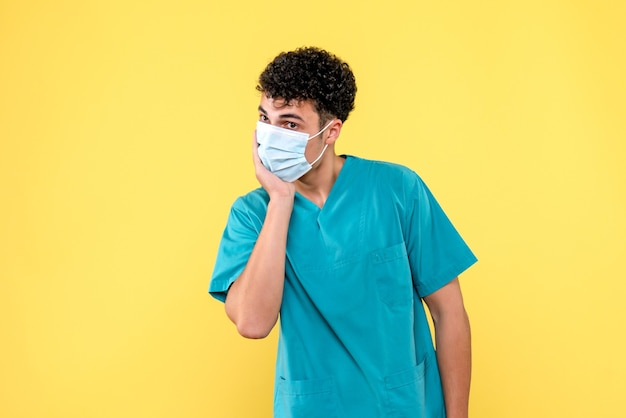 Vooraanzicht dokter de dokter met masker denkt na over de huidige situatie