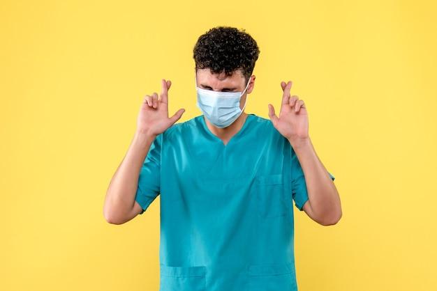 Vooraanzicht dokter de dokter met masker hoopt dat er binnenkort een vaccin wordt uitgevonden