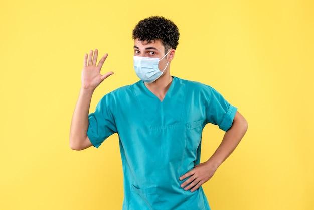 Vooraanzicht dokter de dokter met masker is er zeker van dat de coronavirus pandemie binnenkort zal eindigen