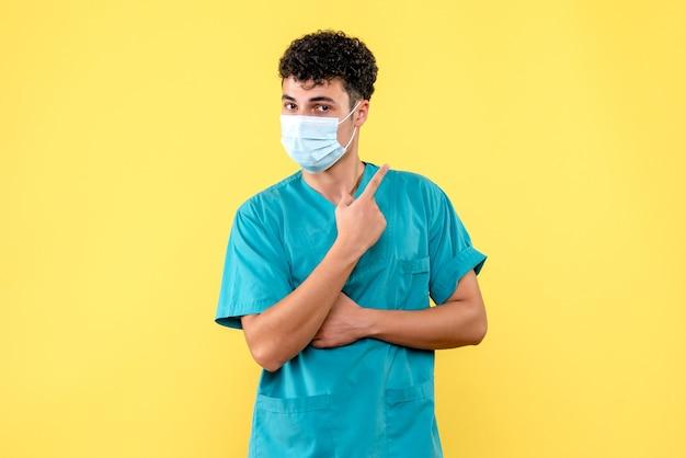 Vooraanzicht dokter de dokter met masker is er zeker van dat de covid-pandemie binnenkort zal eindigen