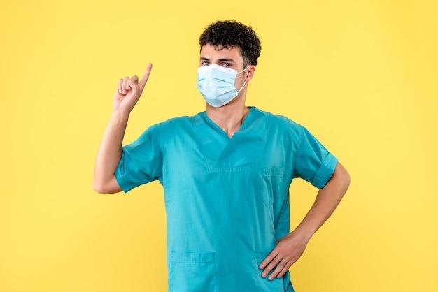 Vooraanzicht dokter de dokter met masker verzekert dat doktoren altijd zullen helpen