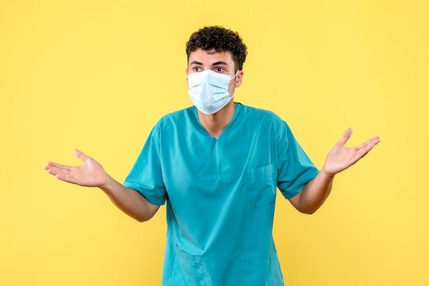 Vooraanzicht dokter de dokter met masker vraagt zich af waarom mensen geen sociale afstand bewaren