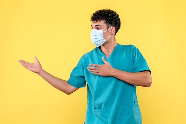 Vooraanzicht dokter de dokter met masker weet dat hij patiënten met coronavirus kan helpen