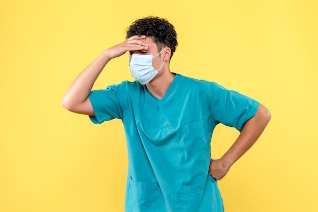 Vooraanzicht dokter de dokter met masker zegt welk medicijn je kunt nemen als je hoofdpijn hebt