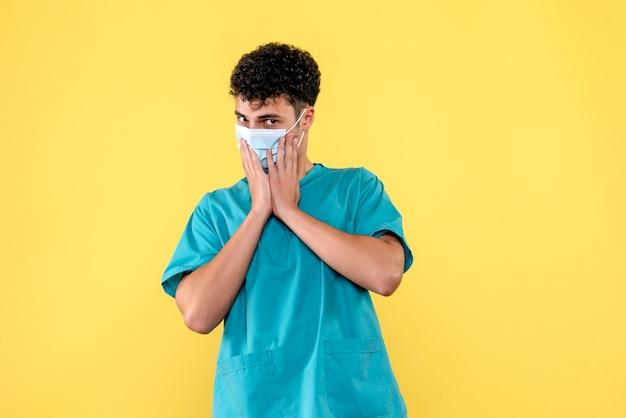 Vooraanzicht dokter de dokter waarschuwt mensen voor de nieuwe golf van coronavirus