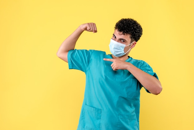 Vooraanzicht dokter de dokter weet dat dokters patiënten met coronavirus gaan genezen