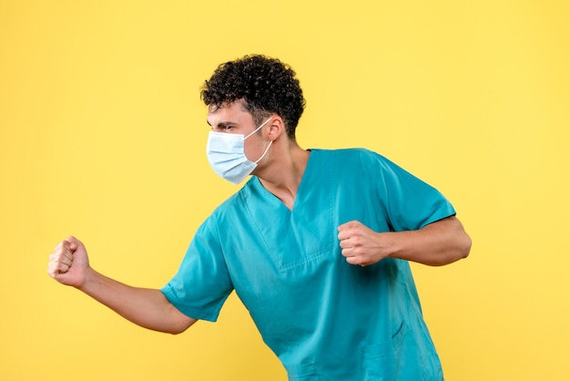 Vooraanzicht dokter een dokter in het masker heeft het over de coronavirus pandemie