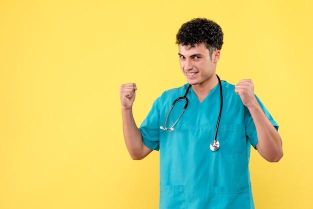 Vooraanzicht dokter glimlachende dokter is er zeker van dat mensen zullen genezen van coronavirus-infectie