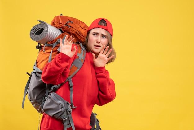 Vooraanzicht doodsbang reizigersvrouw in rode rugzak