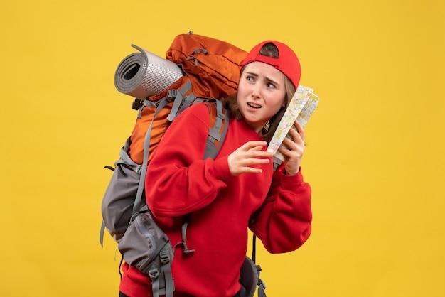 Vooraanzicht doodsbang vrouwelijke backpacker met reiskaart