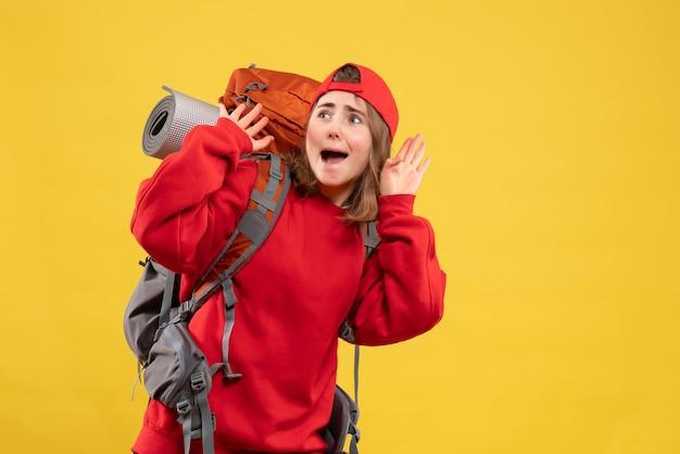Vooraanzicht doodsbang vrouwelijke reiziger met rugzak
