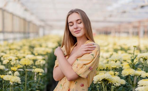Vooraanzicht dromerige vrouw met bloemenachtergrond