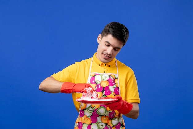 Vooraanzicht drukke huishoudster wasplaat op blauwe ruimte