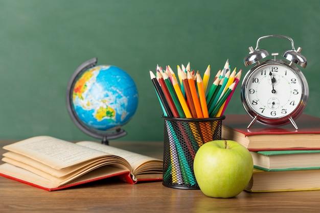 Vooraanzicht educatieve objecten arrangement