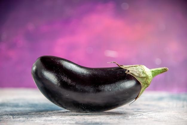 Vooraanzicht een aubergine op roze