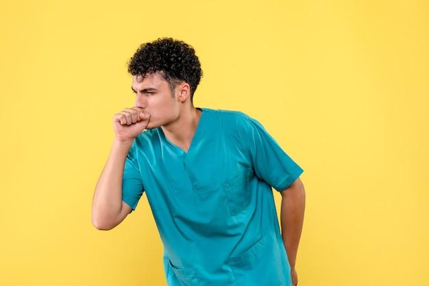 Vooraanzicht een dokter de dokter heeft het over hoestbehandeling